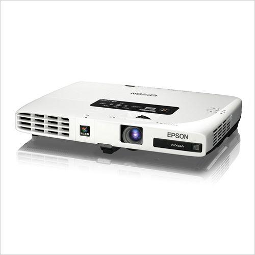 EPSON 輝度3000lm 重さ1.7kg 厚さ44mm 解像度WXGA 短焦点レンズ搭載